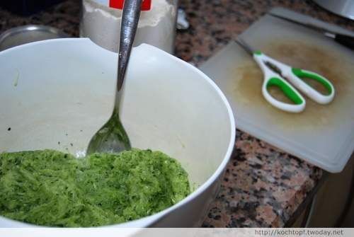 geraffelte Zucchini für Zucchini-Thymian-Ricotta-Brot