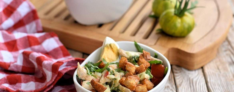 Sattmacher-Salat mit pulled Chicken & Croûtons an Hausdressing