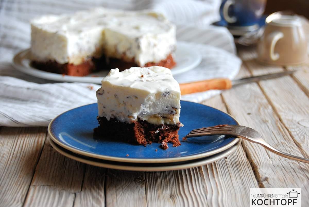StückSchokokuss-Torte auf blauem Teller
